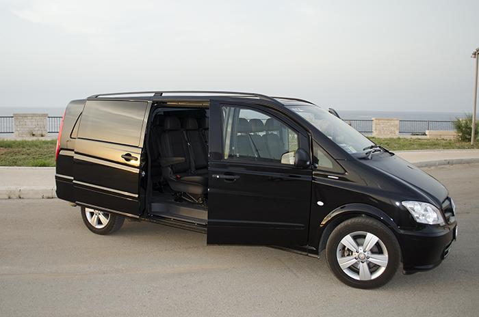 Mercedes Vito World Transfer vista destra con porte aperte